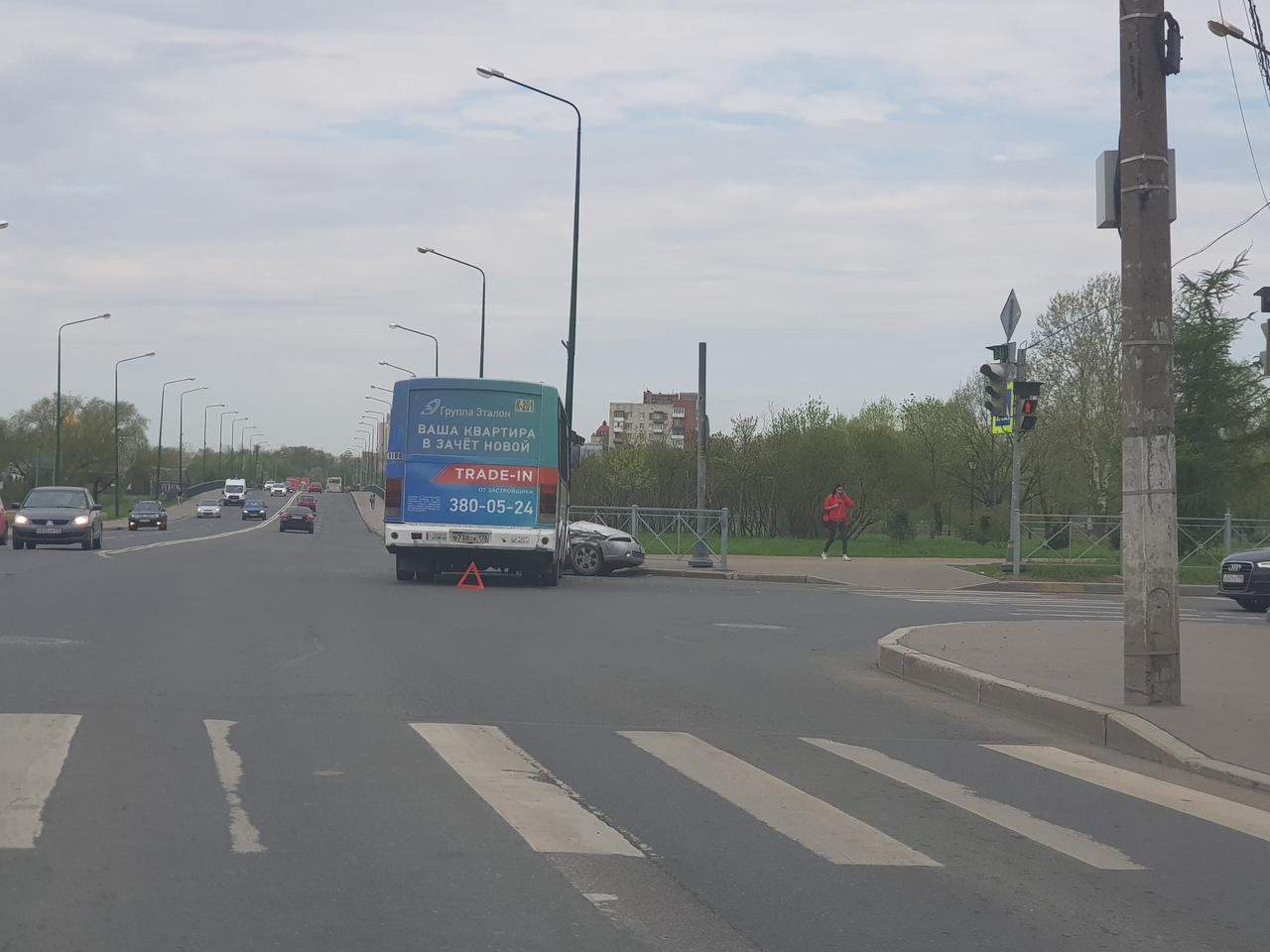 Маршрутка смяла Nissan в Колпине на перекрёстке Красной и Ремизова