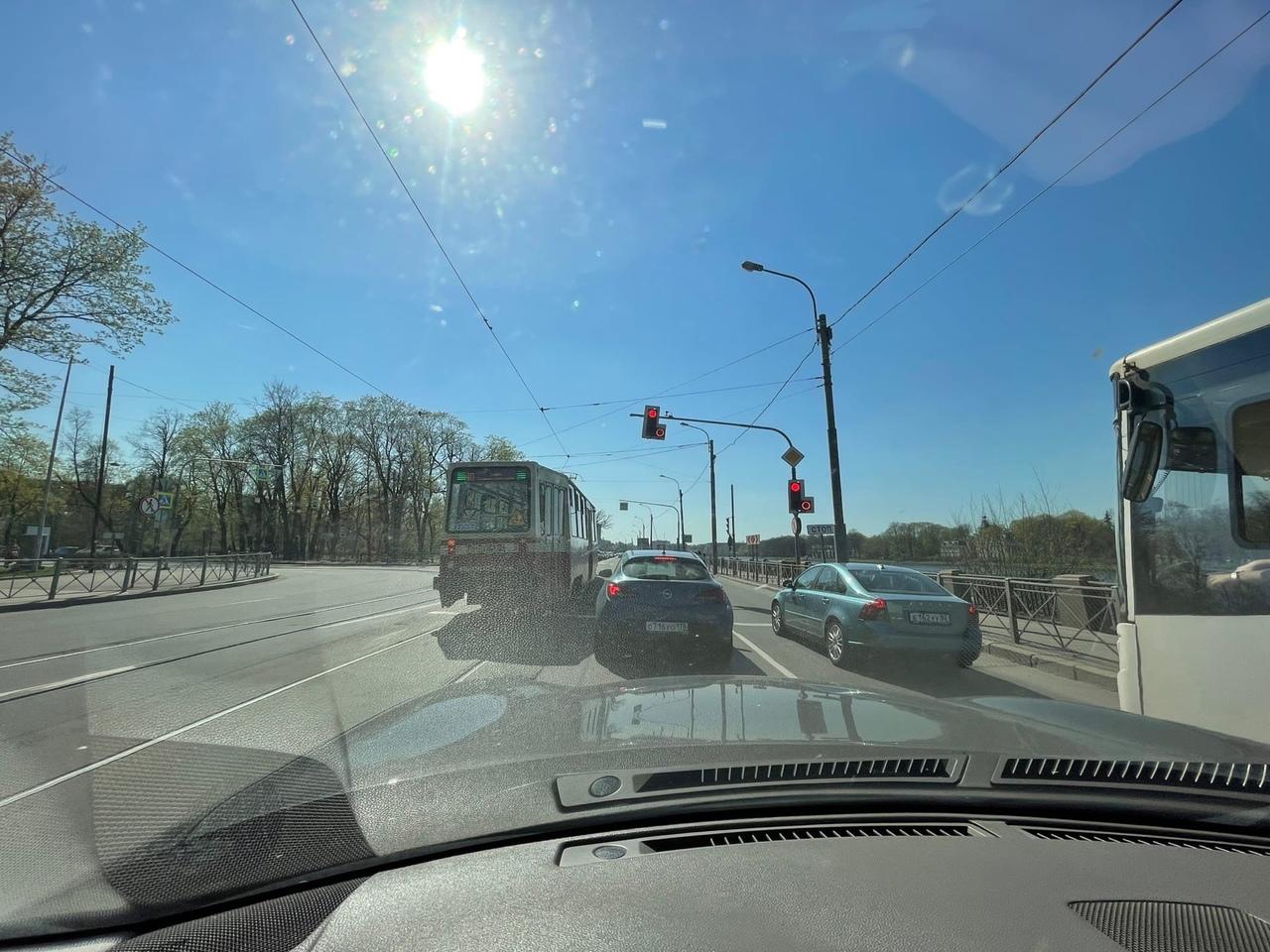 Водитель трамвая наказал водителя Митцу за нарушение пункта 8.5 ПДД при повороте с Песочной набережн...