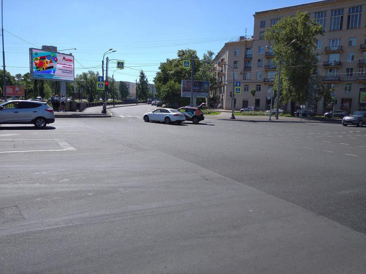 Встретились Audi и каршеринг на перекрестке Школьной улицы и набережной Чёрной Речки. Участники за...