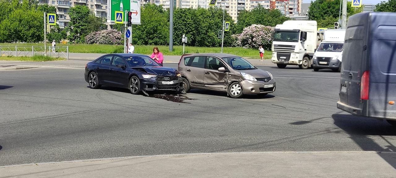 Нисан и Audi столкнулись на перекрёстке Долгоозёрной улицы и проспекта Авиаконструкторов