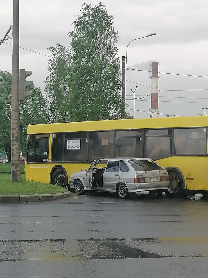 Очень нетерпеливый жигуленок забодал автобус на перекрестке Киришской и Руставели