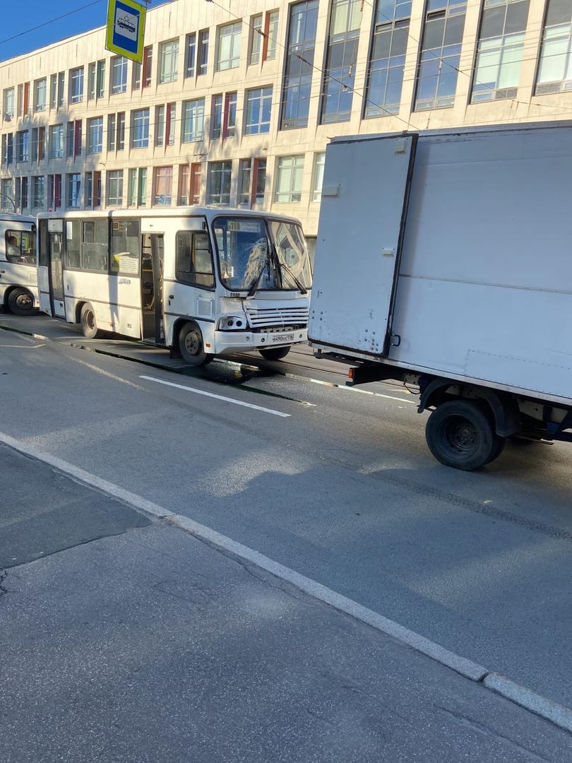 ДТП на Новочеркасском проспекте, трамваи №10 не идут, образовалась пробка. Троллейбусы и автобусы то...