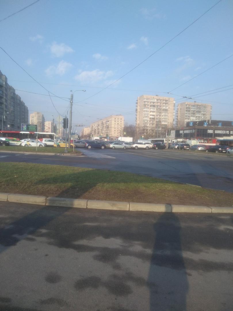 На перекрестке пр. Славы и Бухарестской не работает светофор (на Бухарестской всё время красный) + Д...