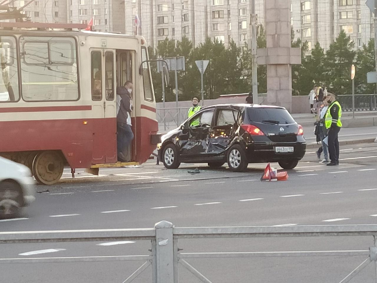 У Метро Приморская Нисан попал под трамвай