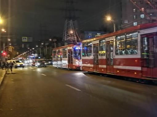 У метро Звёздная на любимом всеми перекрёстке встретились двое. 4 трамвая стоят.
