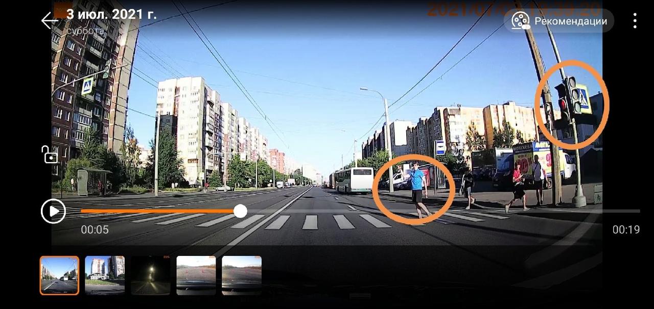 Всегда удивляли двойные стандарты. Машина проехала на красный - водителя на мыло. А пешеходам можно....