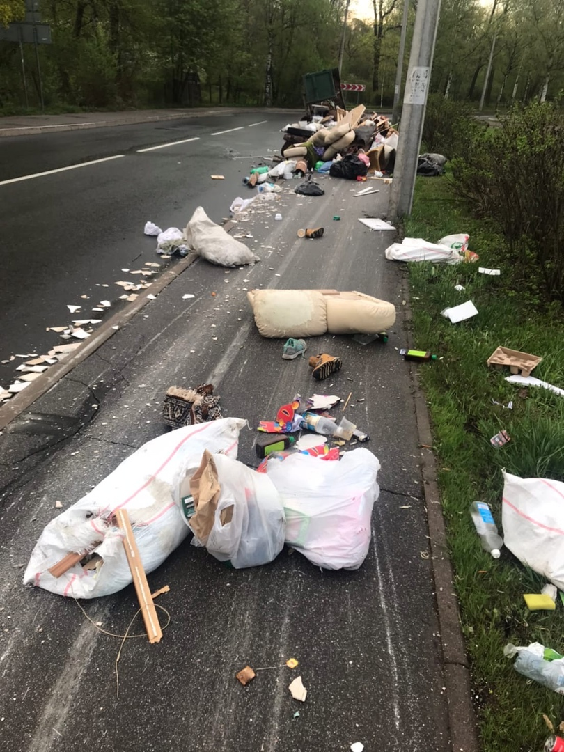 Пухто с мусором по какой-то причине не доехало до свалки и закончило поездку на Лесном проспекте, ок...