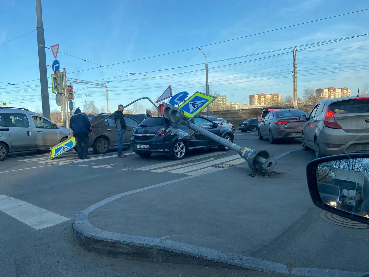 Светофор упал на Опеля на пересечении Шаумяна и Гранитной