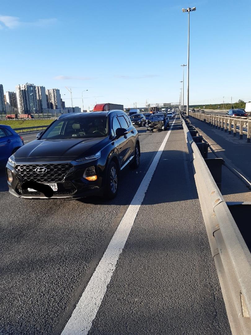 На 56км КАД с внутренней стороны у Вантового моста ДТП из четырех а/м. Люди ждут полицию уже почти 6...