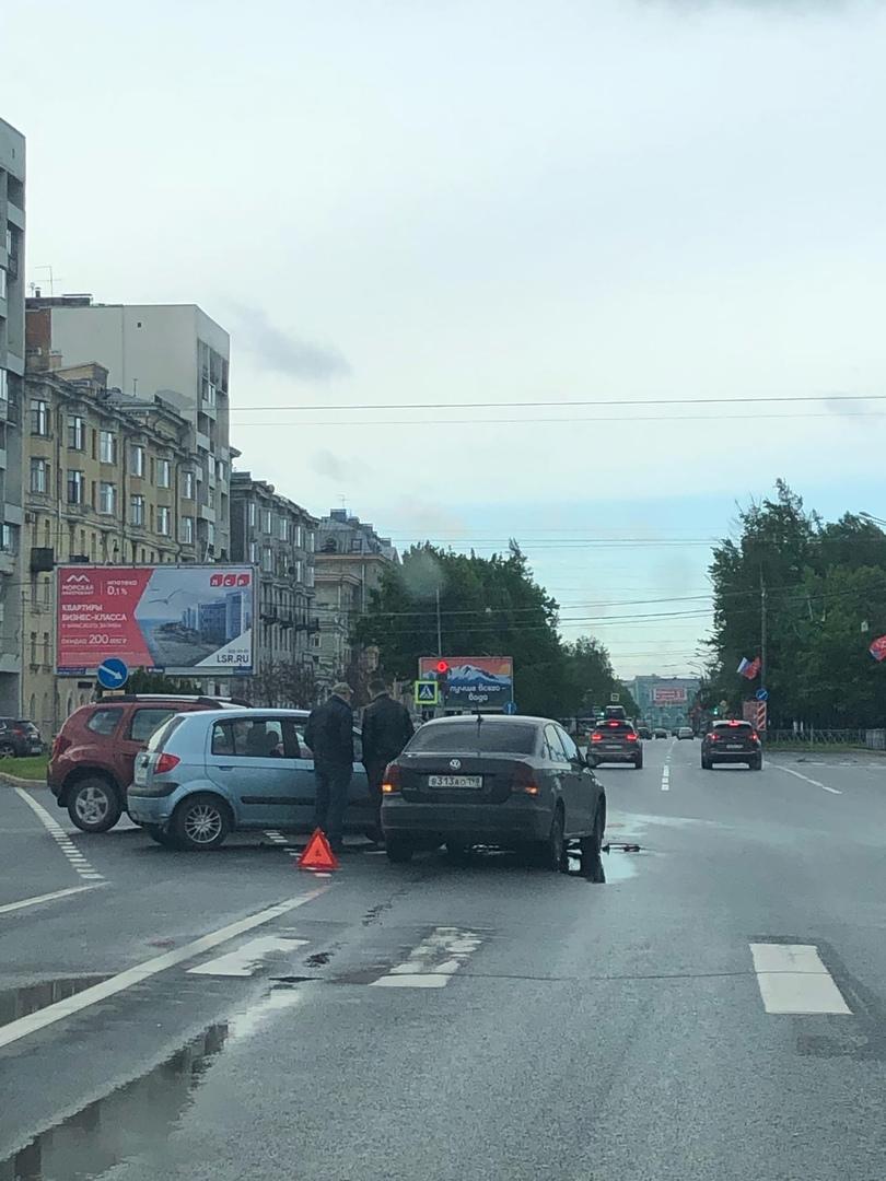 Началось утро у водителей Renault, Hyundai и Фольксвагена на пересечении Шкиперского и Наличной.