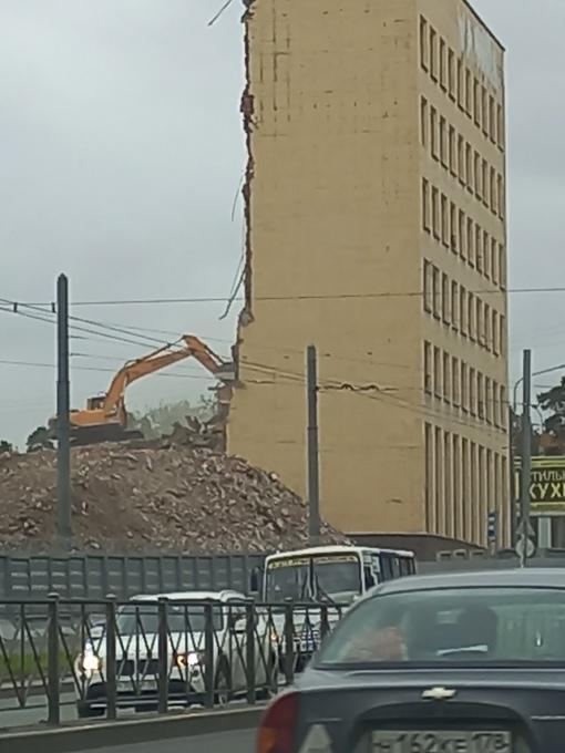 Рядом с перекрестком Светлановского и проспекта Мориса Тореза разрушают здание, будьте внимательны, ...