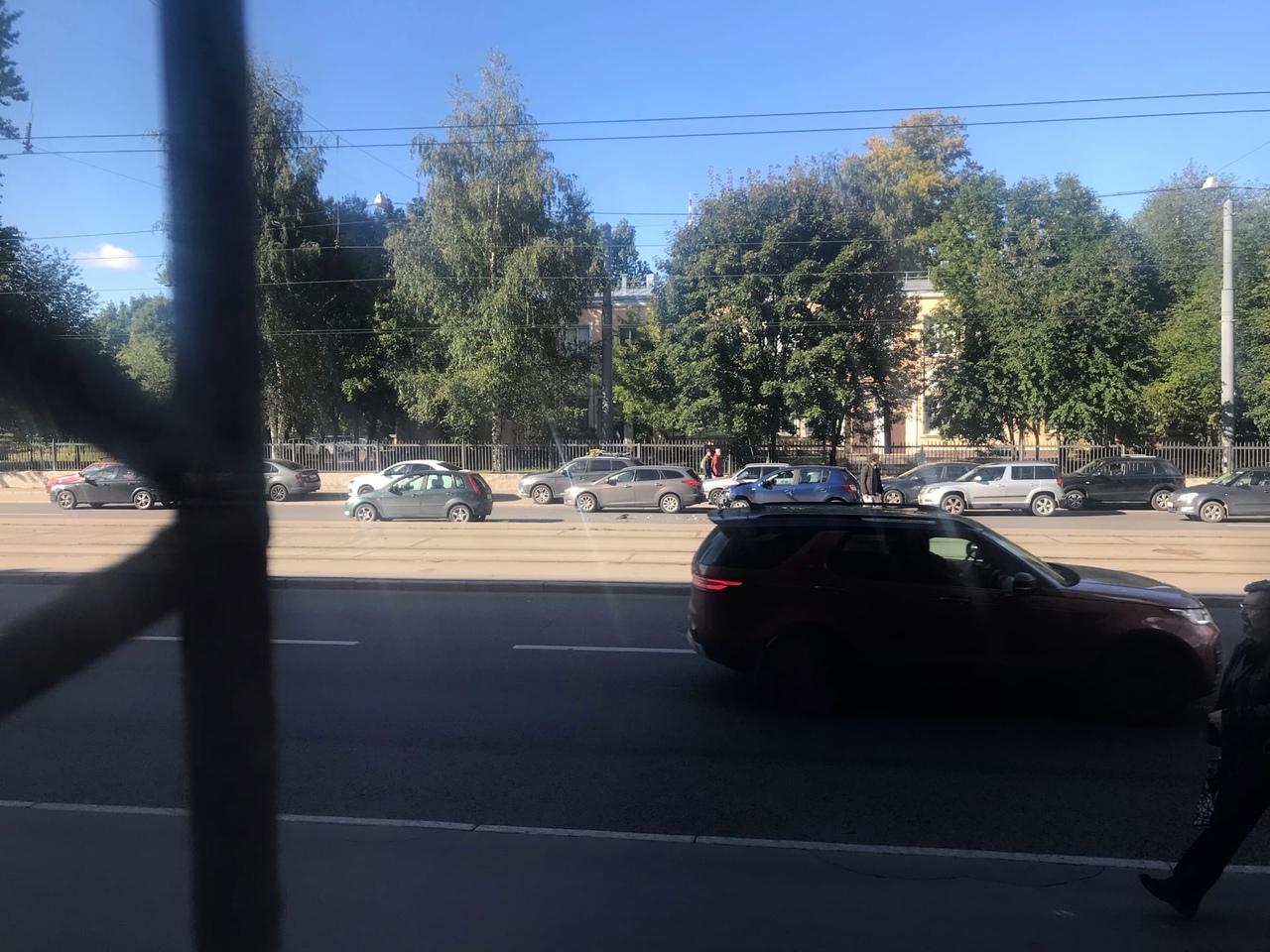 Renault въехал в зад Форду, походу солнце ослепило. Лесной пр. 37 Проезду мешают едут в один ряд
