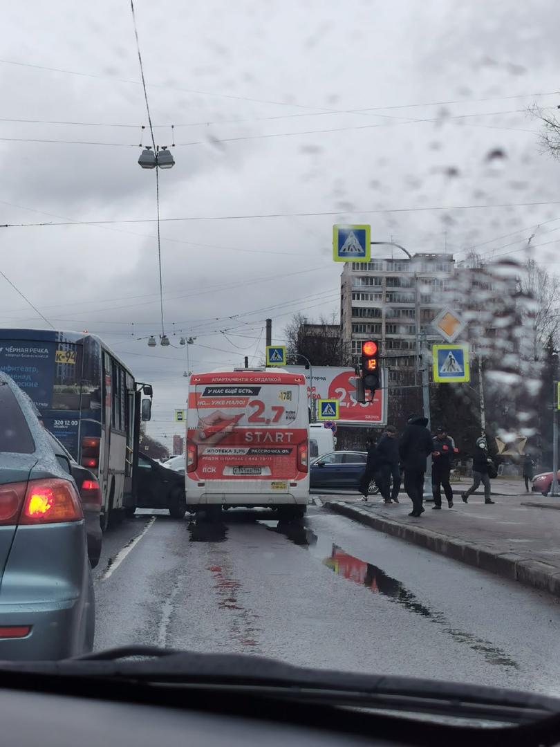 Авария на перекрёстке Науки и Бутлерова. 2 маршрутки и легковая и трамвай, хотя последний сразу уеха...