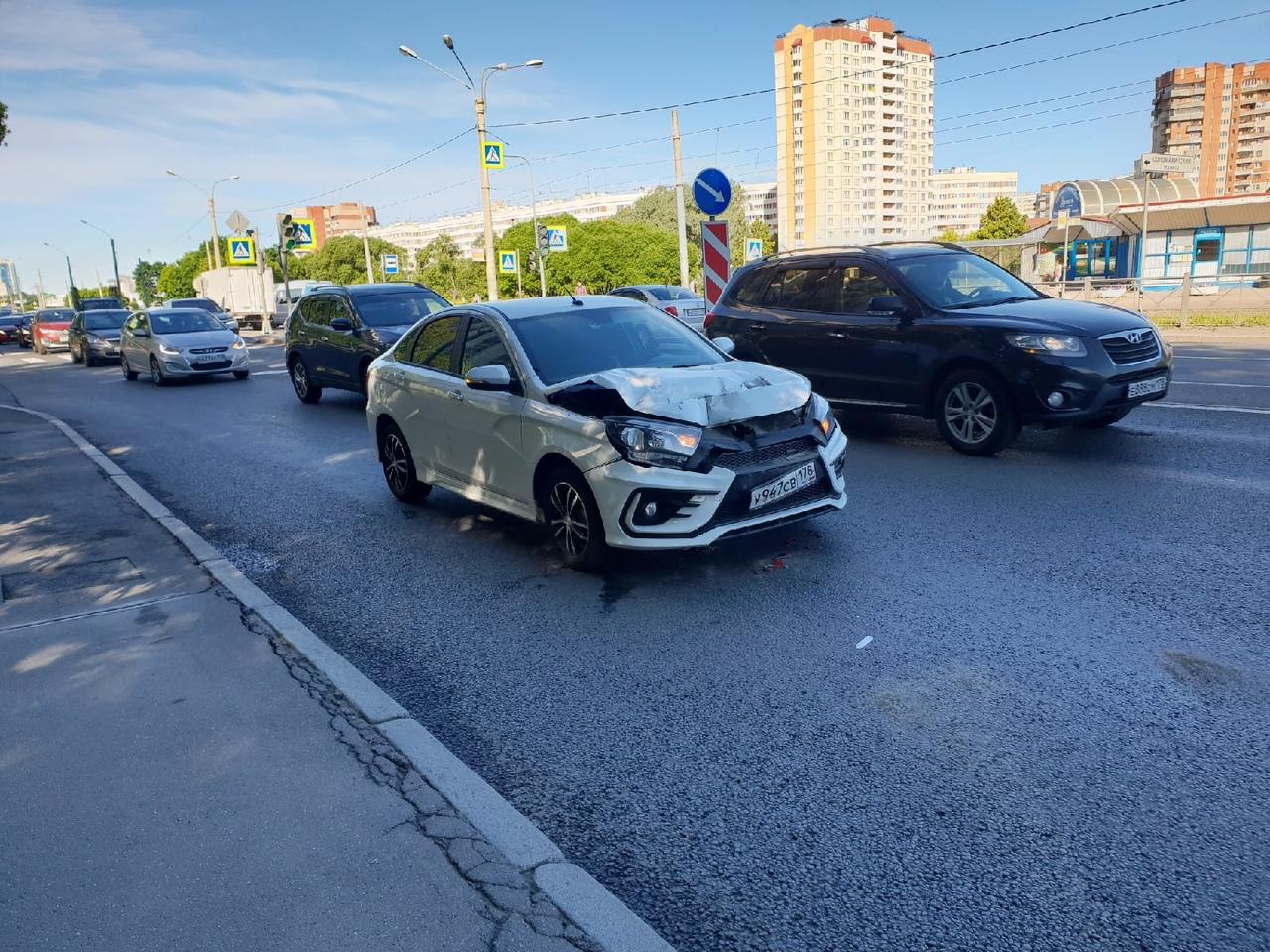 На проспекте Стачек у Соломахинского проезда занят правый ряд помятой Ладой. Проезду мешает.
