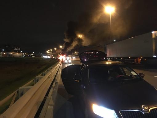 На внутренней стороне КАД перед съездом на Пулковское шоссе горит Лада.