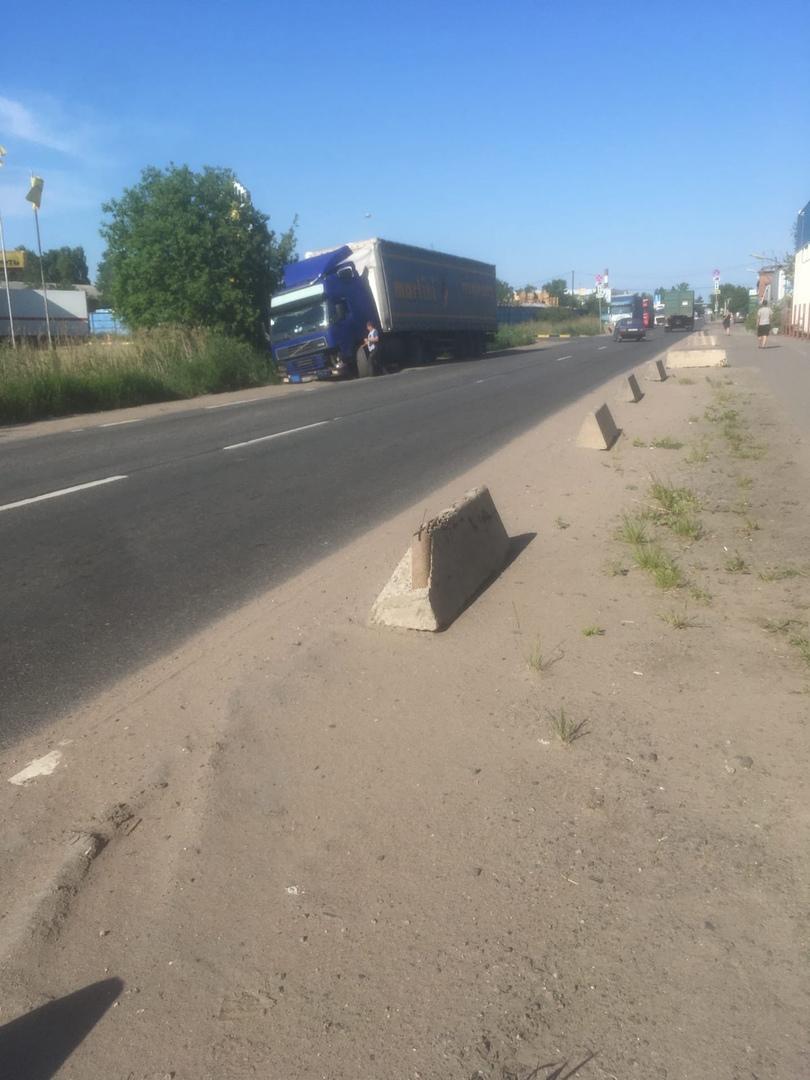 На улице Ленина 1к2 в Шушарах фура угодила в кювет.