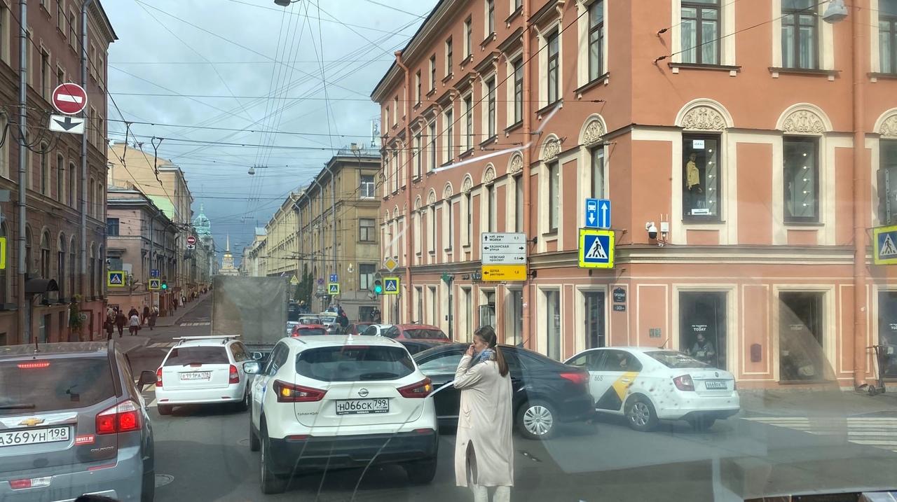 На перекрёстке Гороховой улицы и набережной канала Грибоедова, проезду мешают собирается пробка
