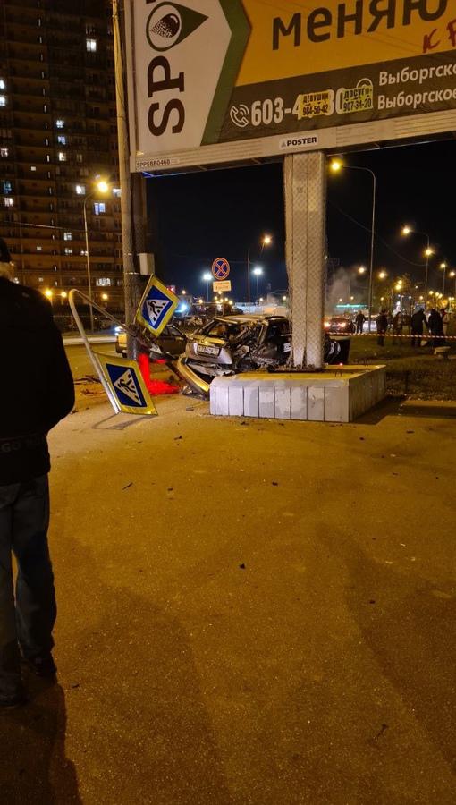 В столкновении двух машин на перекрёстке Просвещения и Композиторов в замес попал велосипедист, его...