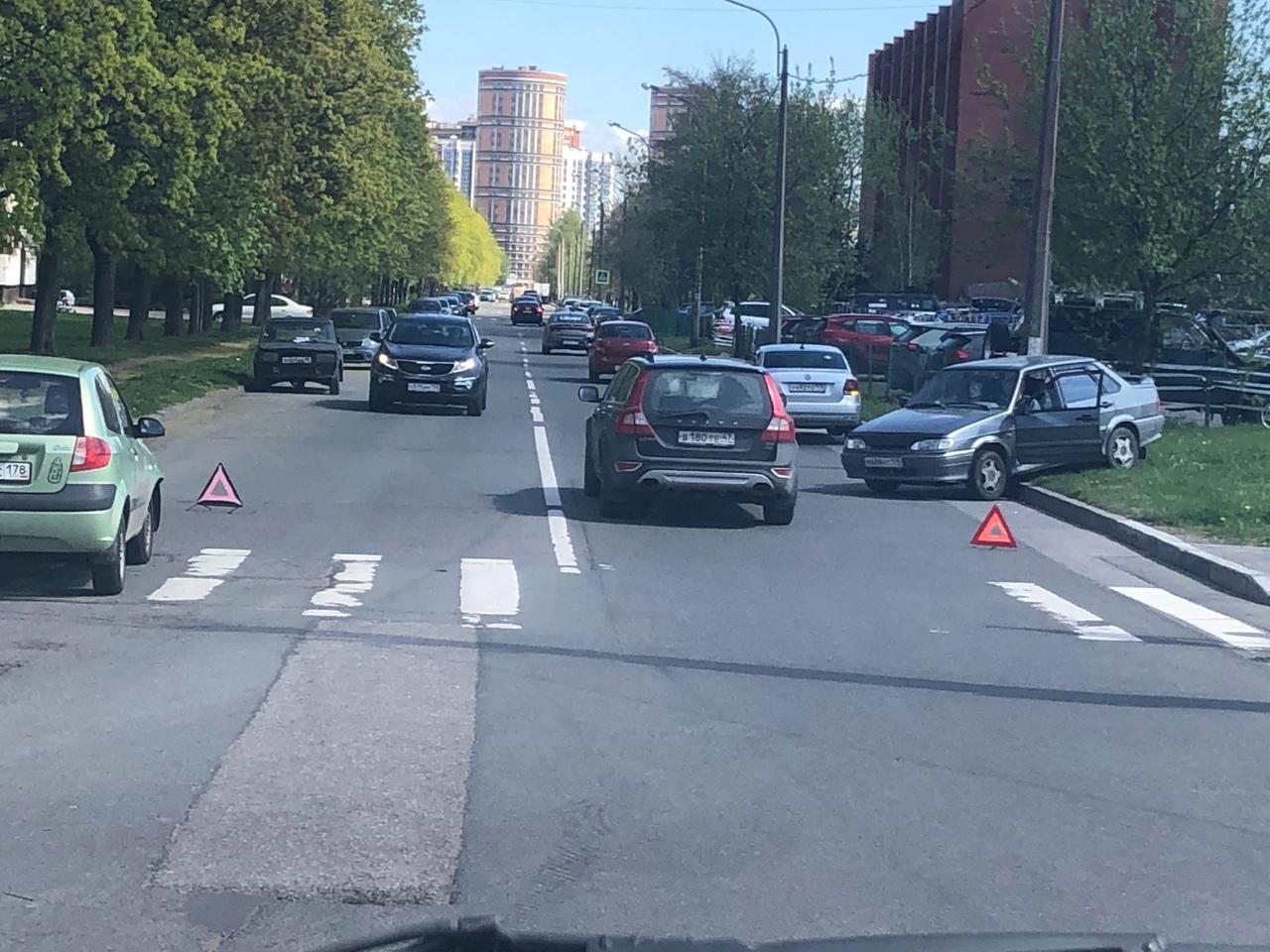 ДТП м несколькими автомобилями произошло на перекрёстке Аэродромной улицы и Серебристого бульвара