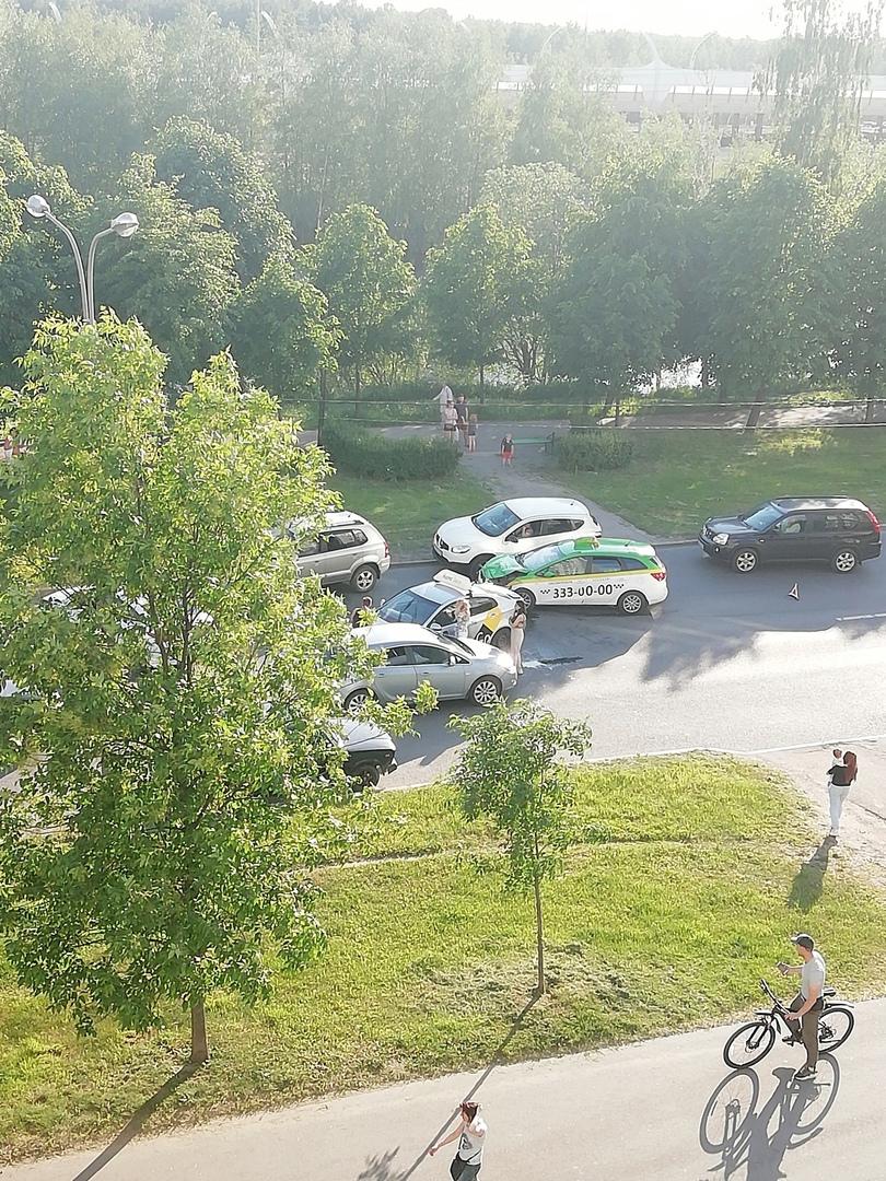 Авария на Планерной 53 собрала небольшую пробку в обе стороны.