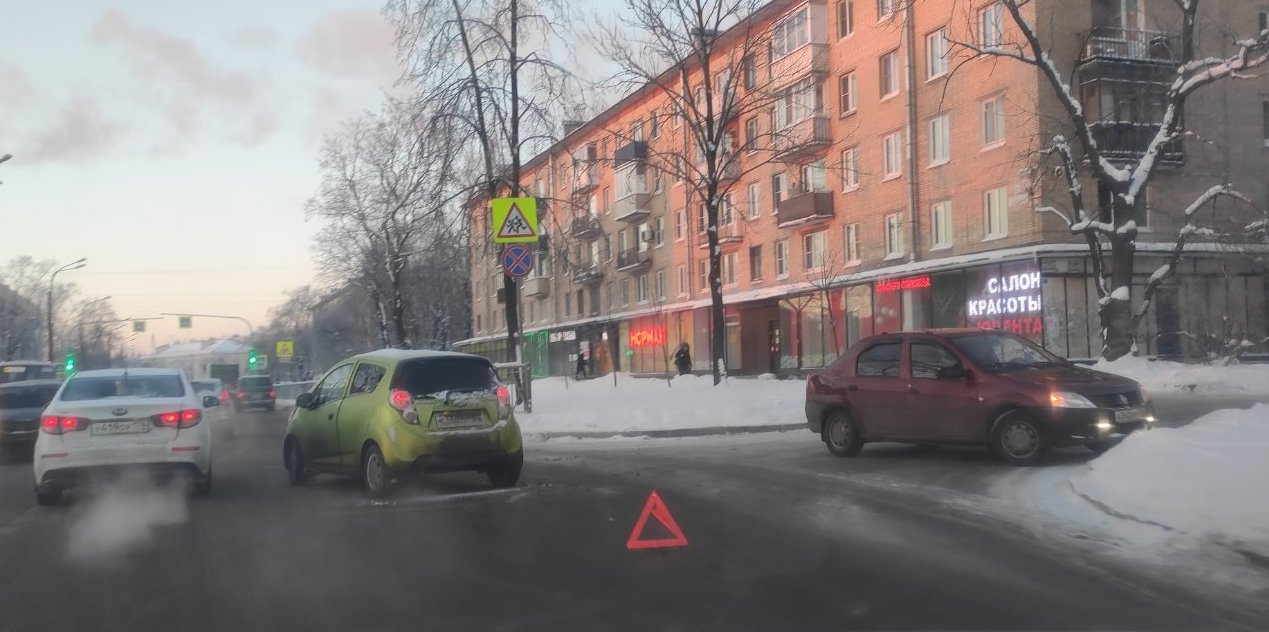 В Красном Селе водитель Логана поворачивал с проспекта Ленина во двор дома 22 и не уступил встречном...