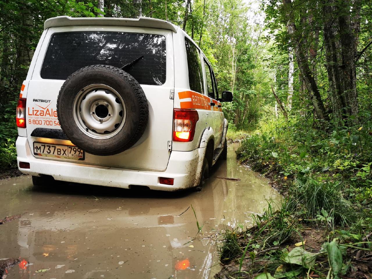 Пострадал отрядный автомобиль – белый УАЗ с оранжевой символикой «ЛизаАлерт». Вечером мы оставили а...