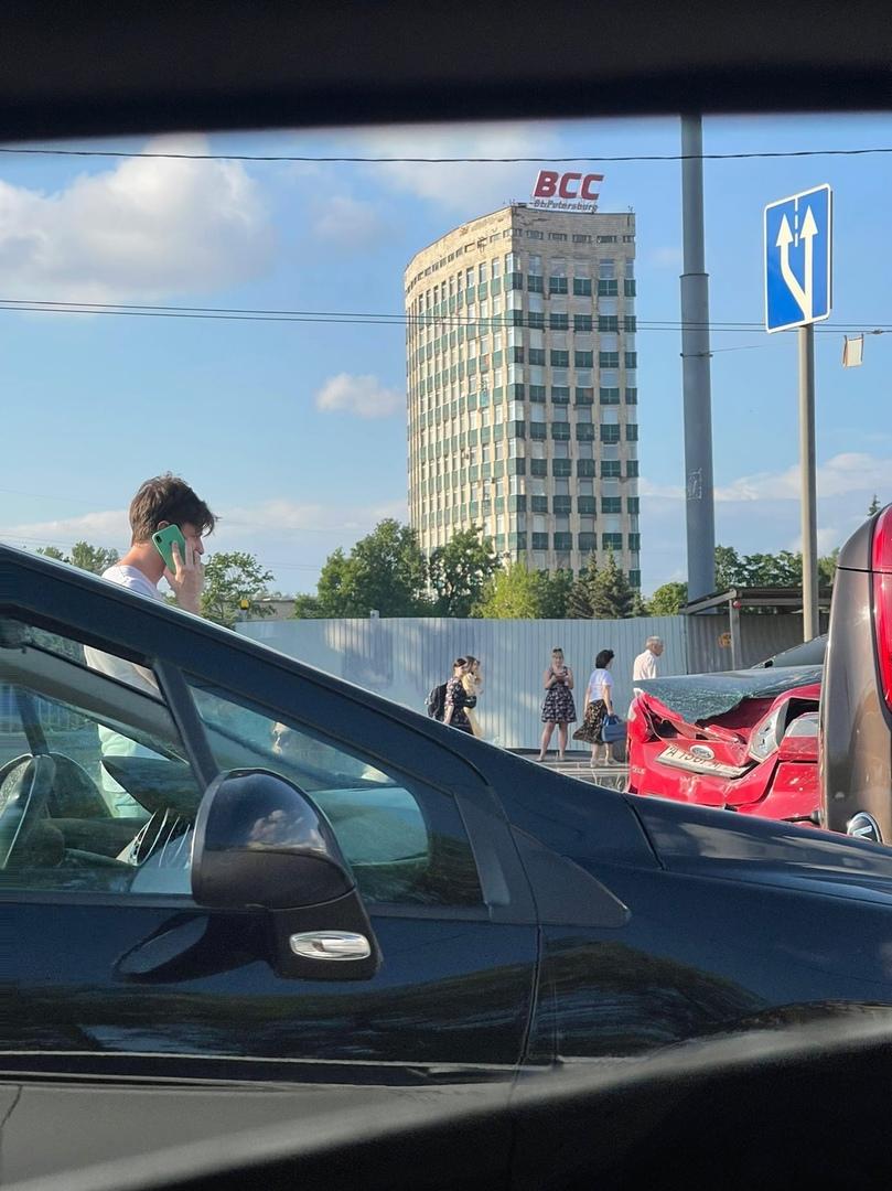 ; машины пострадали в ДТП на Кантемировской у дома 17 Одна из них Киа легла на бок