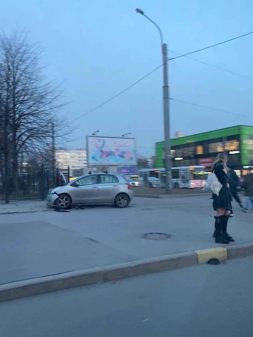 На перекрёстке Сизова и Королева встретились Kia Mohave и Toyota Yaris. Службы на месте