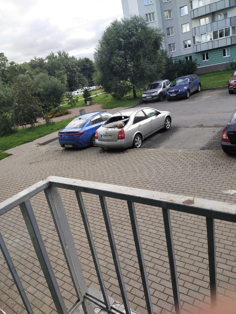 Осиновая роща, Юкковское шоссе, 14/7, в автомобиль с верхних этажей общих балконов прилетела 5-ти ли...