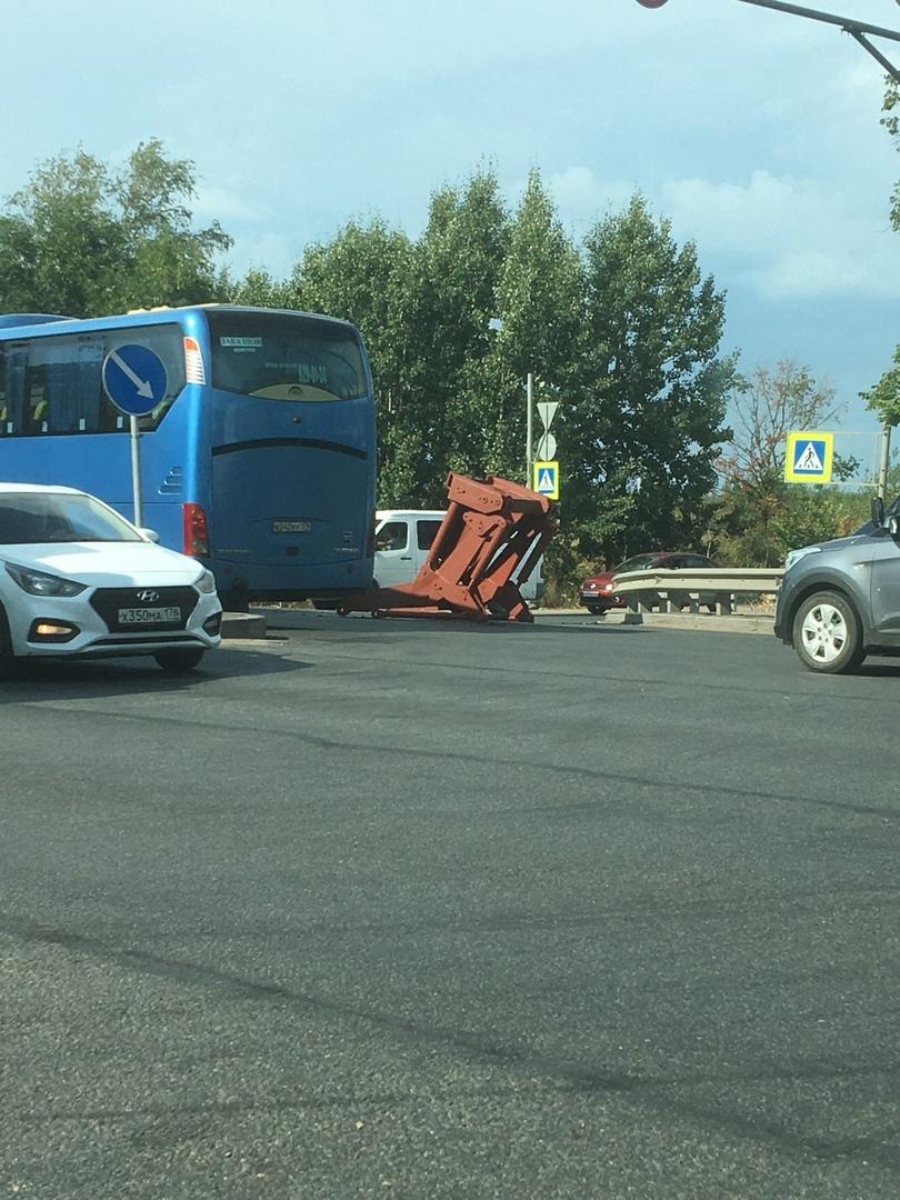 Деталь лежит на Московском шоссе, на полосе в сторону города, после Курьерского проезда, Выйти и уб...