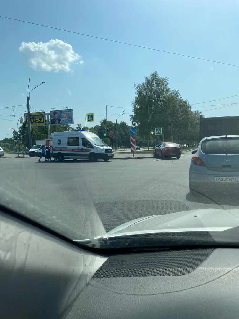 Авария на перекрестке Светлановского и Луначарского. К кому-то приехала скорая.