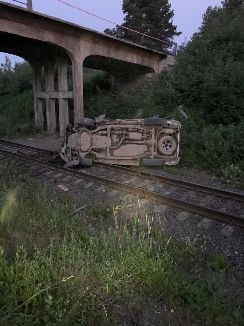 В ночь с 30 июня на 1 июля водитель легкового автомобиля Toyota Ленд Крузер 200 не справился с управ...