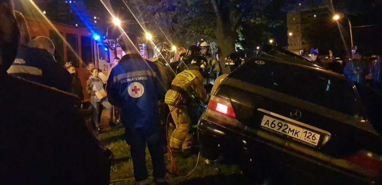 На Гражданском проспекте 83, около 22.30 произошла жуткая авария,mercedes врезался в дерево, мужчину...