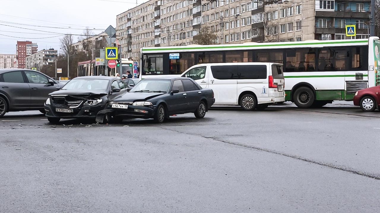 На пересечении Дыбенко и Большевиков у водителя Фольксвагена Passat СС и Тойоты Карины утро начинало...