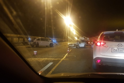 Авария на внутренней стороне КАД около съезда на Косыгина, три полосы занято, службы на месте.