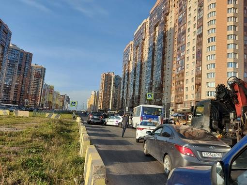 На проспекте Королёва 61, ДТП с ситимобил, маршрутке не проехать. Проезд освободили водители отодви...