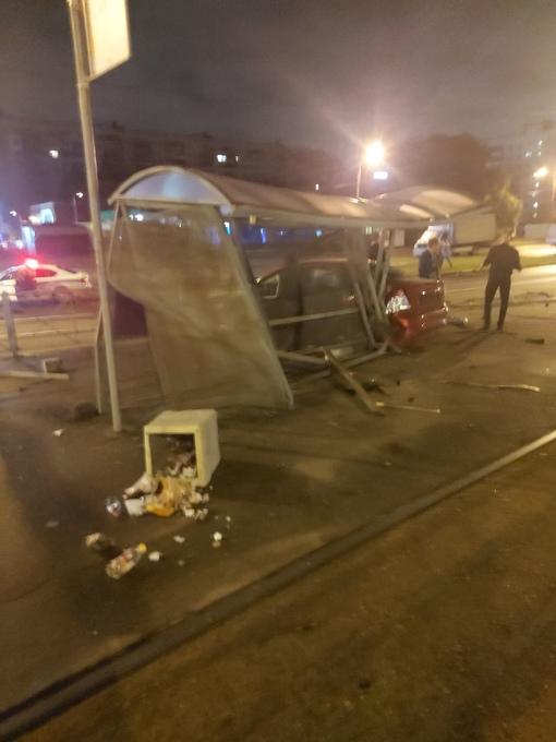 Перед Гранд Каньеном на Энгельса, водитель, предположительно уходя от погони ДПС, совершил наезд на ...