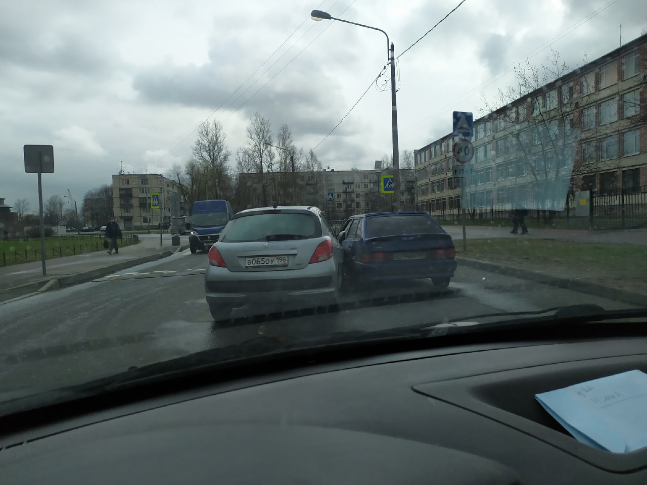 Peugeot и Лада столкнулись на Авангардной по пути в Лигово у 237 школы.