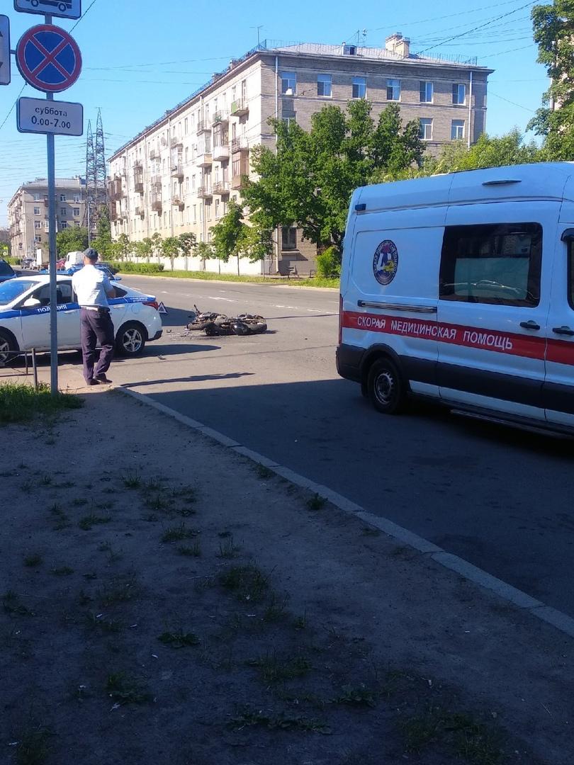 Авария на Зайцева 27 с участием полицейской машины и мотоциклиста. Мотоциклист жив, оказывают помощь...