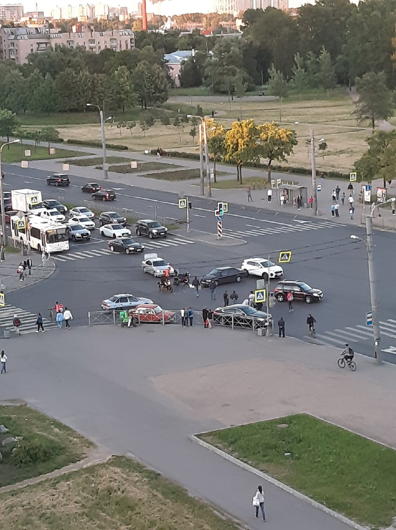 Мотоцикл и легковая встретились на перекрёстке Пражской и Славы. Мотоциклист отлетел метров на 10