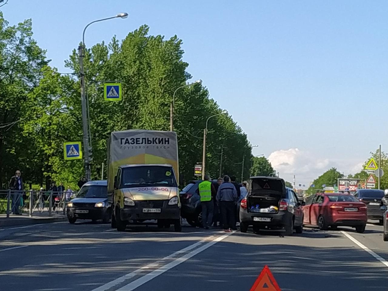 На проспекте Юрия Гагарина каким-то образом столкнулись 4 автомобиля.