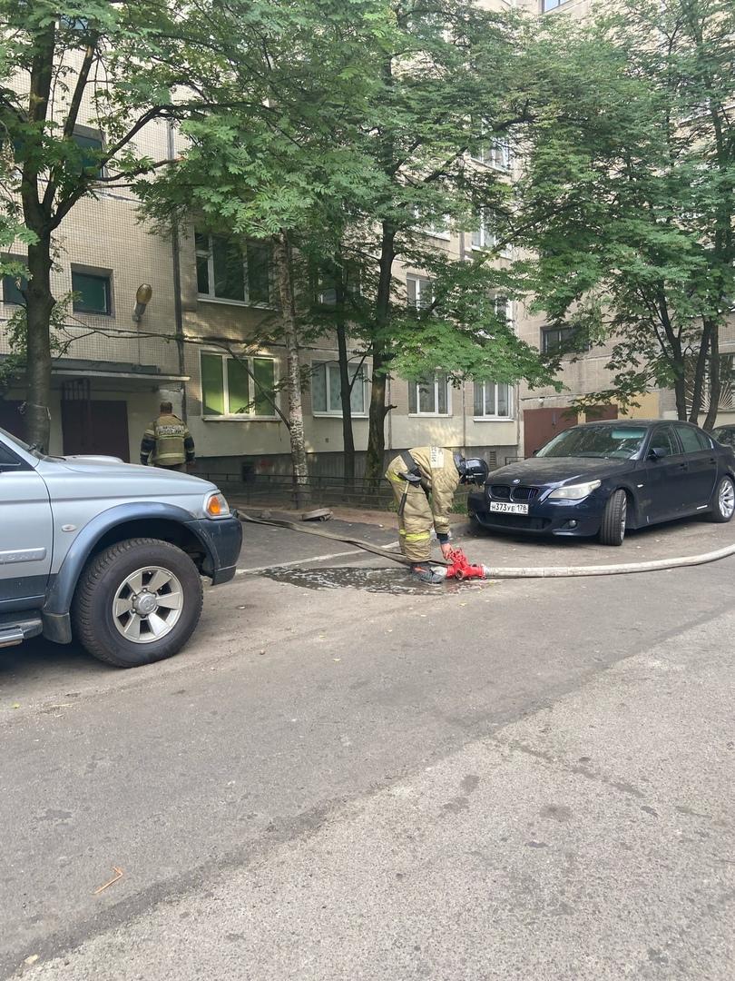Искровский 26. Возгорание в квартире на 1 этаже. Пожарной машине не проехать в арке.