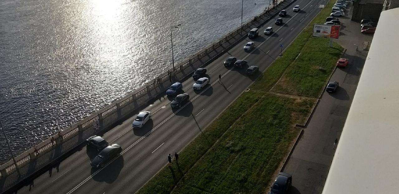 Авария на Октябрьской набережной, напротив дома 70.