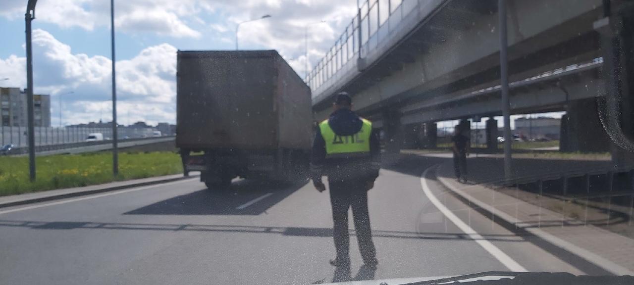 На Предпортовой, под виадуком таксист двигаясь по встречной полосе залетел под МАЗ.