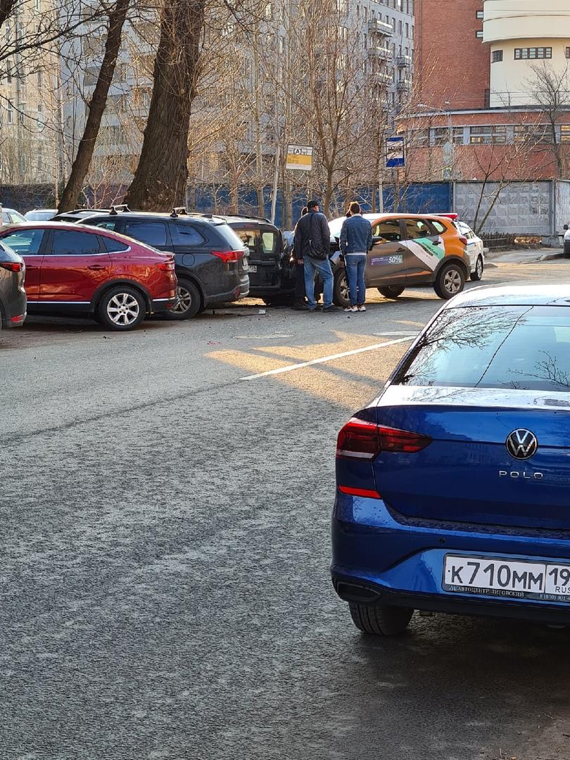 На Пионерской улице каршеринг Делимобиль на скорости протаранил Ларгус и задел соседнюю машину