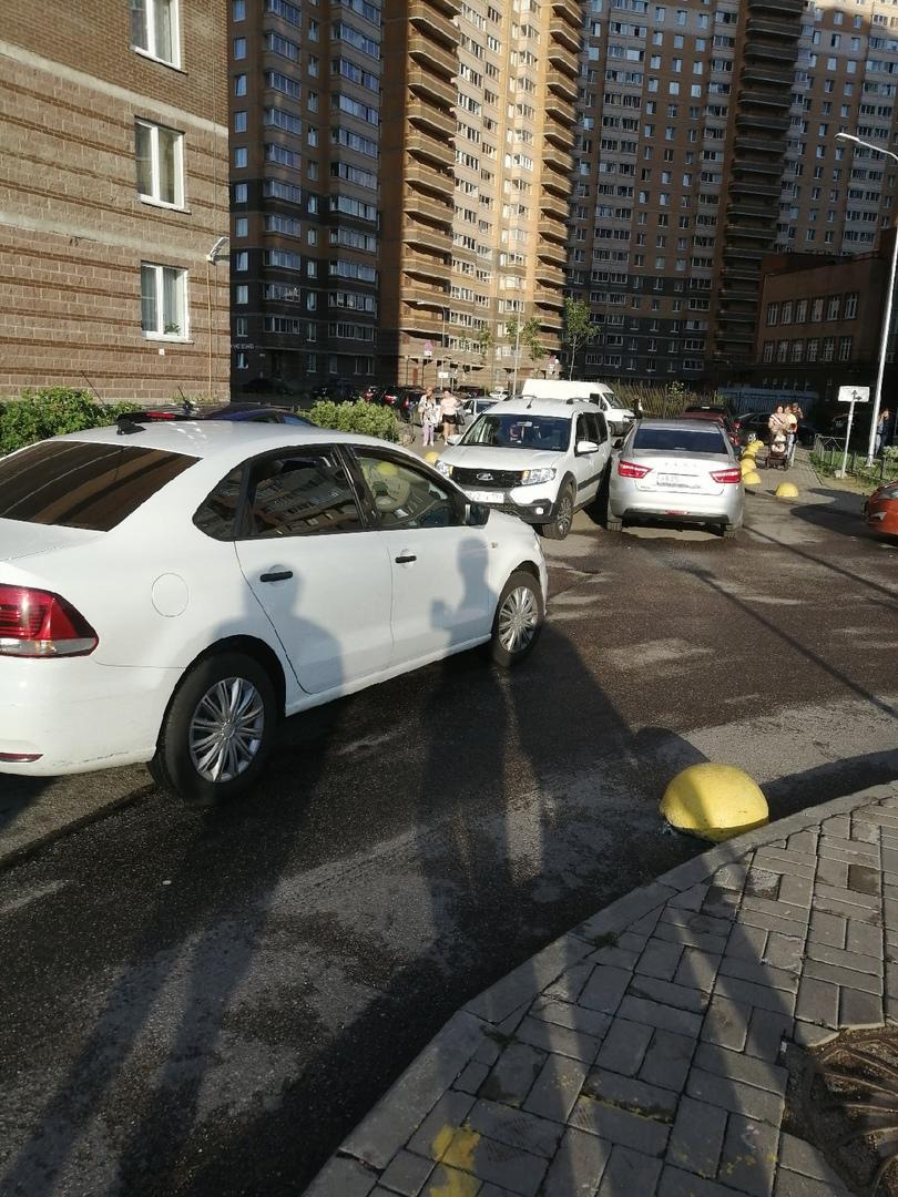 В Мурине на Новой улице 7, две лады перекрыли двор.