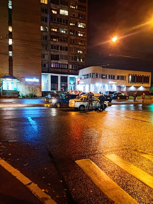 На перекрёстке Есенина и Поэтического бульвара девушка не пропустила автомобиль росгвардии.