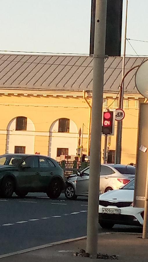 Solaris у Audi устроили ДТП на перекрестке Митрофаньевского шоссе и набережной Обводного канала .