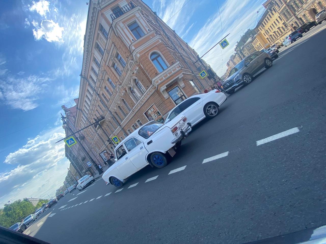 Mercedes ударил Москвича на повороте с улицы Жуковского на Лиговский проспект