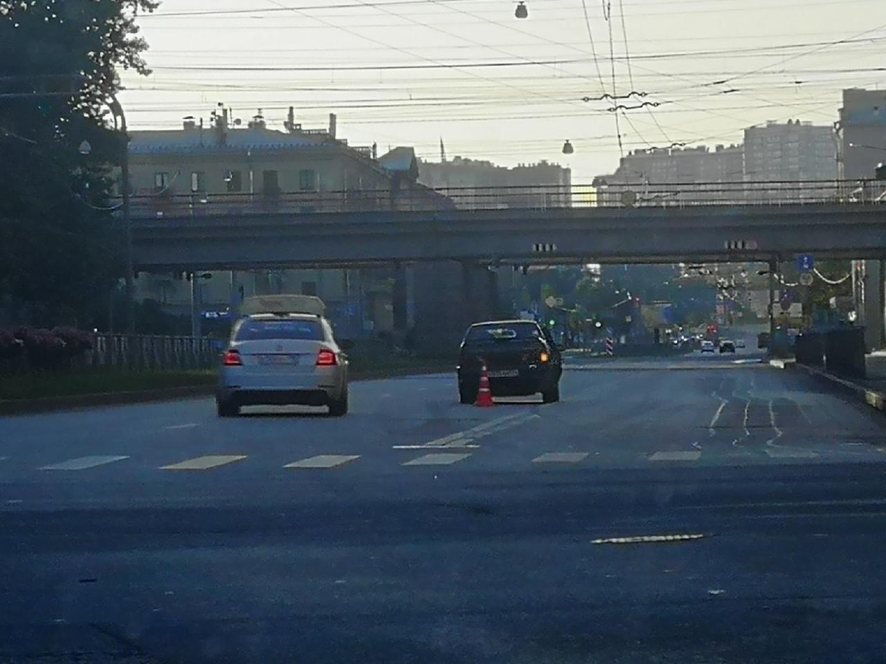 В 5 утра такси и ВАЗ не встретились на перекрёстке Кантемировской и Белоостровской